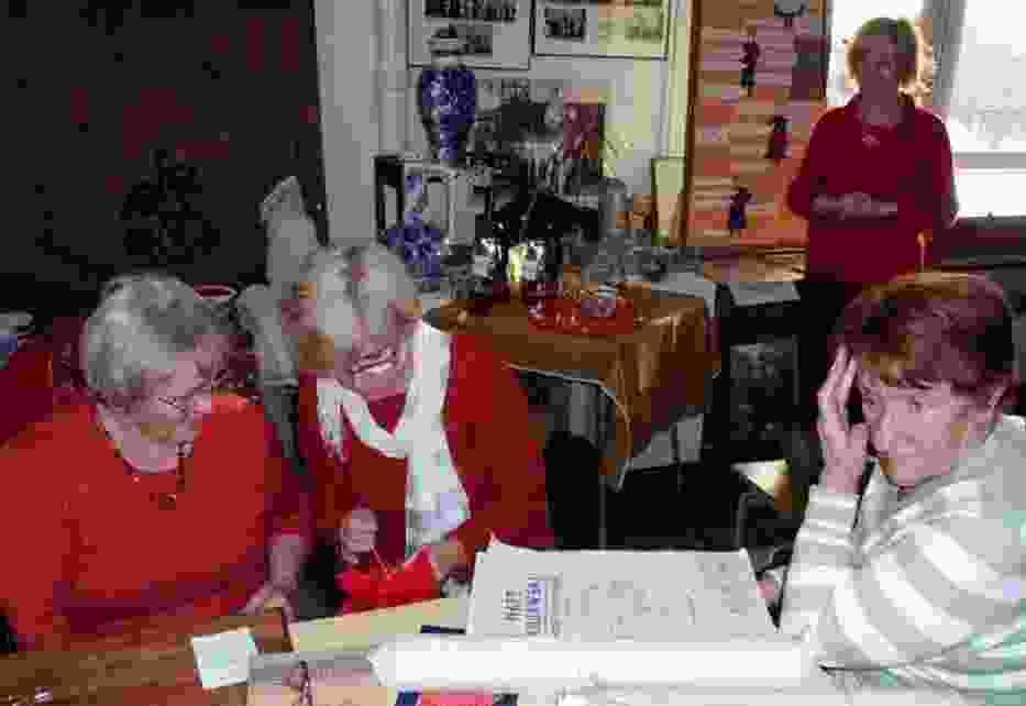 Od lewej panie: Irena Klimaszewska, Krystyna Zagrabska, Halina Paczkowska (w głębi), Ewa Stramowska córka znanej przed laty znakomitej radziejowskiej hafciarki, Polankiewicz