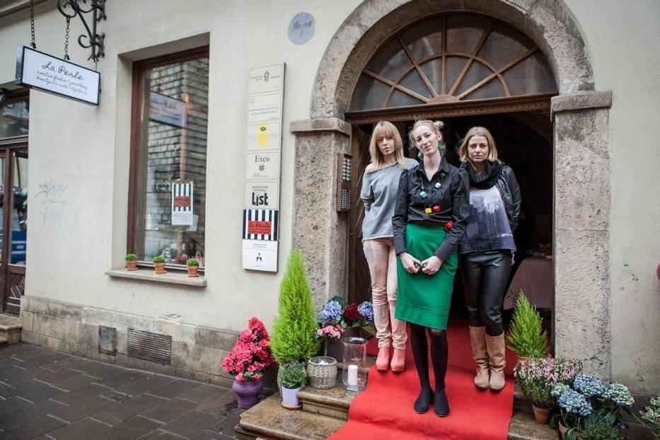 Agata Zemełka, Dina de Białynia Woycikiewicz, Anna Pirowska w wejściu do swojego butiku La Perle