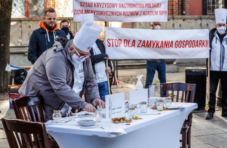 Cała gastronomia od wielu tygodni protestuje przeciwko wprowadzanym przez rząd obostrzeniom, a zwłaszcza formie ustanawiania zakazów: z dnia na dzień, bez konsultacji z nikim, a już na pewno nie z przedstawicielami branży