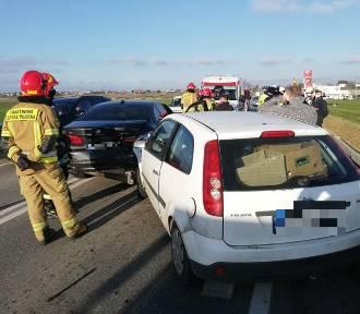 Wypadek na DK73 w Brzozówce, kierowca forda najechał na bmw