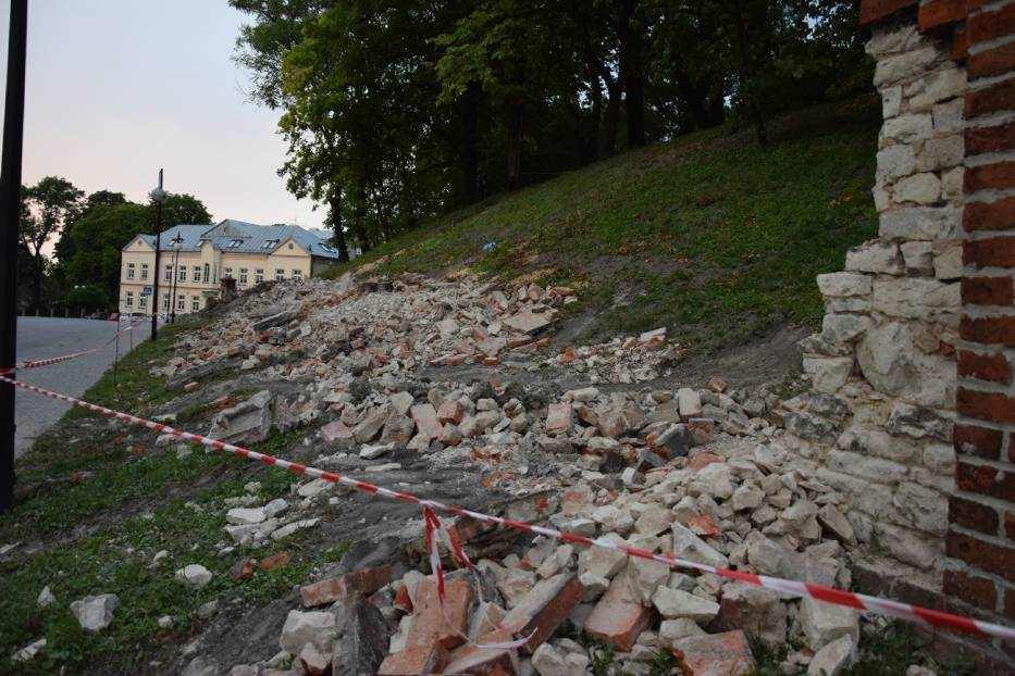 Chełm. Ruszył remont muru. Pod schodami znaleziono pochówki dziewięciu osób