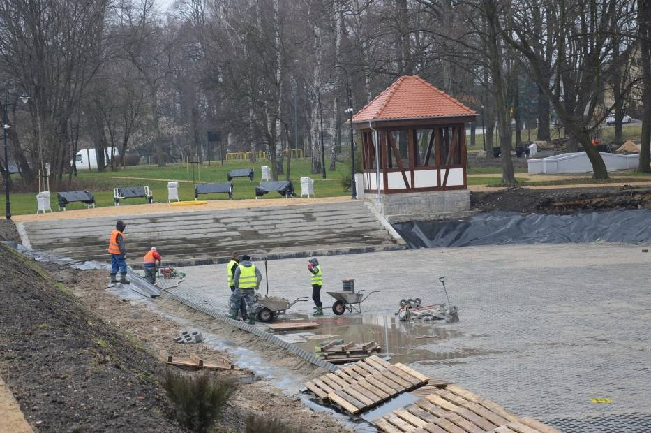 Trwają prace nad izolacją dna stawu rekreacyjnego w remontowanym żarskim parku przy al