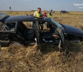 BMW dachowało na polu. Policja znalazła w nim pijanego 35-latka