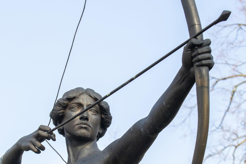 Laureaci Bydgoskiej Literackiej Nagrody Roku zostają uhonorowani repliką strzały Łuczniczki, której pomnik znajduje się w parku Kochanowskiego