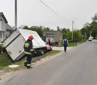 Wypadek w gminie Cedry Wielkie. Auto dostawcze wpadło do rowu |ZDJĘCIA