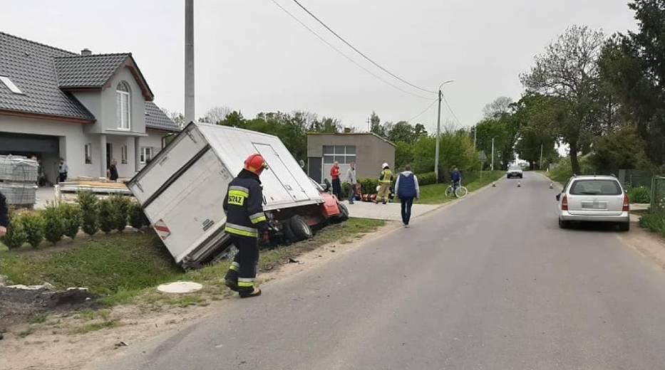 Wypadek gmina Cedry Wielkie. W wyniku zderzenia auto dostawcze wpadło do rowu i uszkodziło skrzynkę elektryczną