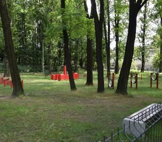 W Parku Boguckim skradziono ogrodzenie wybiegu dla psów. Sprawców poszukuje policja
