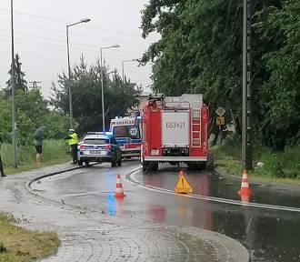 """Wypadek w Rydułtowach. Opel """"ściął"""" słup na ulicy Strzody"""