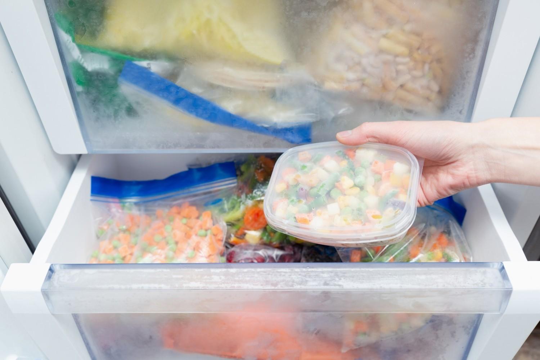 Co można zamrozić? Więcej niż ci się wydaje! Zamiast wyrzucać jedzenie, sprawdź, co możesz przechować w zamrażalniku i wykorzystaj tę wiedzę w swojej kuchni
