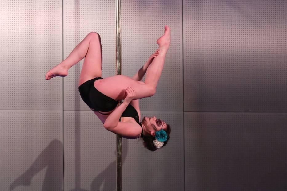 Niesamowity pokaz pole dance show w targach kielce for Pool dance show