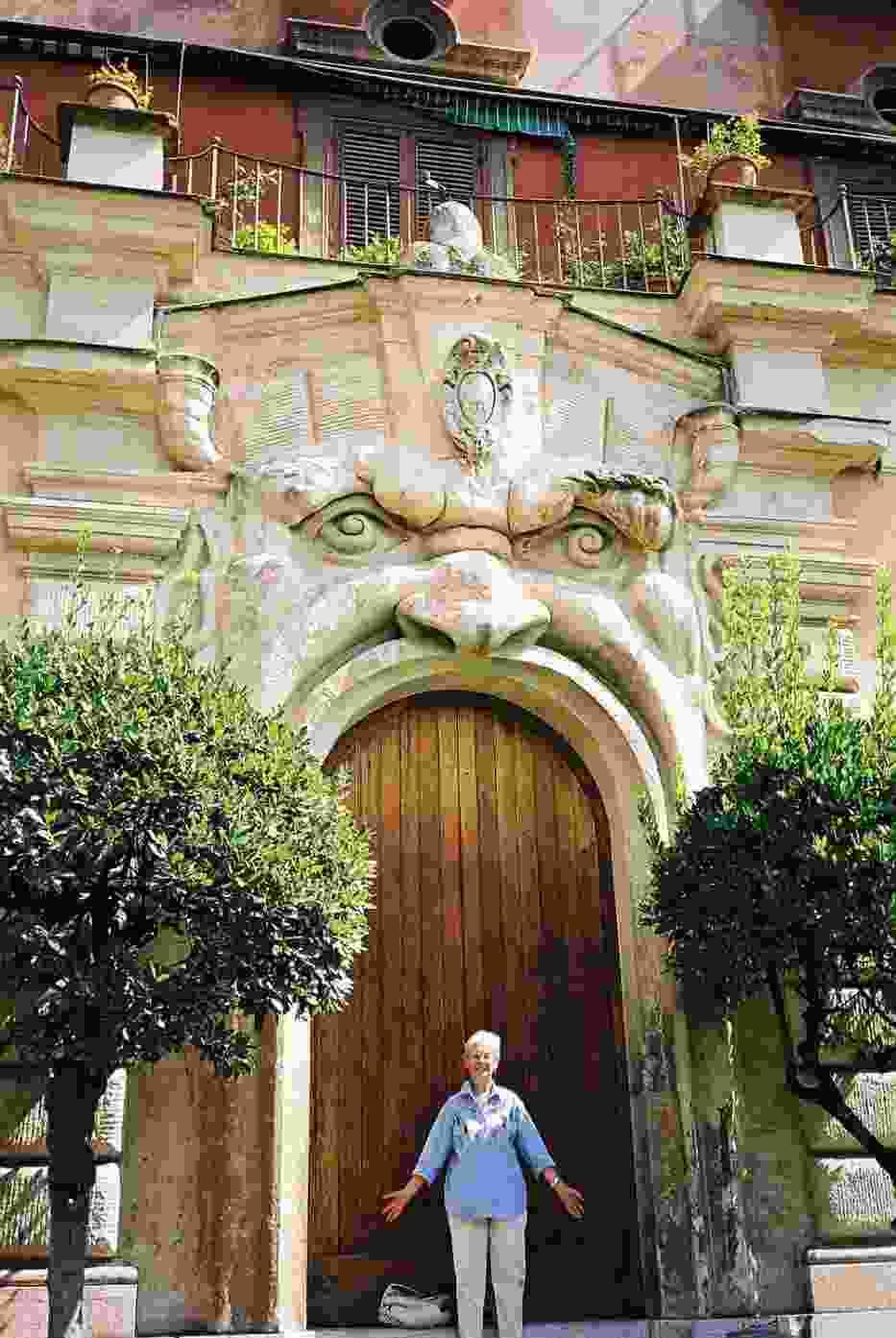 W paszczy potwora - brama do Palazzo Zuccari