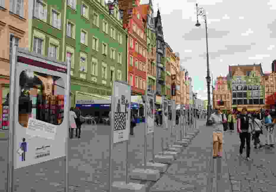 Wystawa na wrocławskim Rynku w ramach kampanii MBP + do ulubionych www