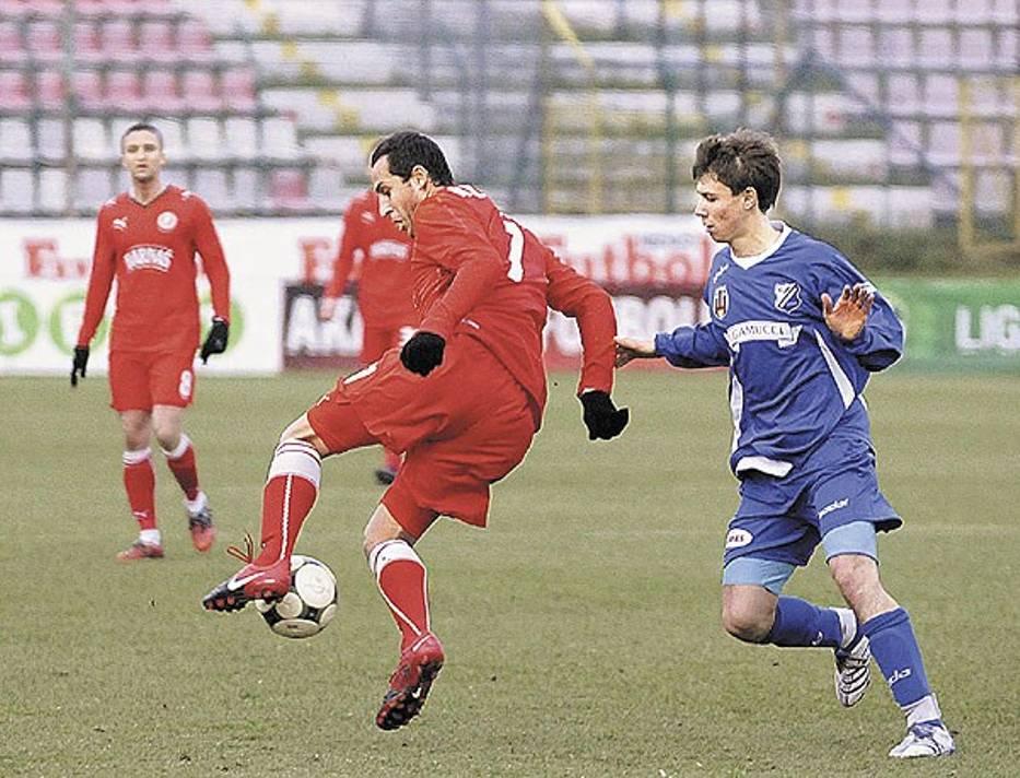 Dejan Miloseski (z lewej) potrafi grać w piłkę, ale nie udowodnił tego w wystarczającym stopniu w Łodzi