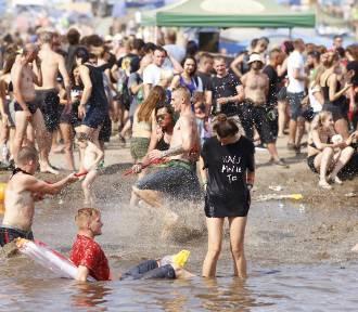 Kąpiel w błocie Pol'and'Rock 2018. Błotne zabawy na dawnym Woodstocku. Tak festiwalowicze radzą