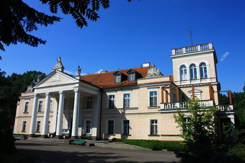 A gdyby tak zamiast w domu, zamieszkać w dworku lub pałacu? W malowniczych zakątkach Polski czekają setki przepięknych budynków, w których można poczuć się po królewsku