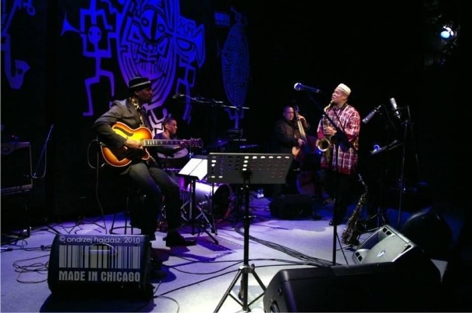 Zespoły, którym przewodzi Ernest Dawkins, grają różne odmiany jazzu