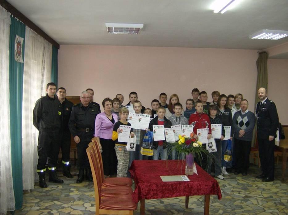 Uczestnicy konkursu z organizatorami