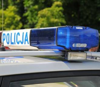 Dwa wypadki na drogach powiatu łowickiego. Dachowała osobówka, a tir wjechał do rowu