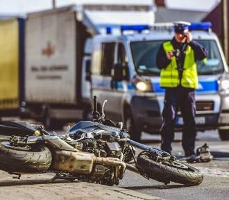 Zderzenie motocykla i samochodu osobowego, ranna jedna osoba