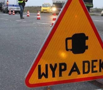 Wypadek w Toszku. Zderzenie osobówki z ładowarką kołową. Zginął 28-latek.