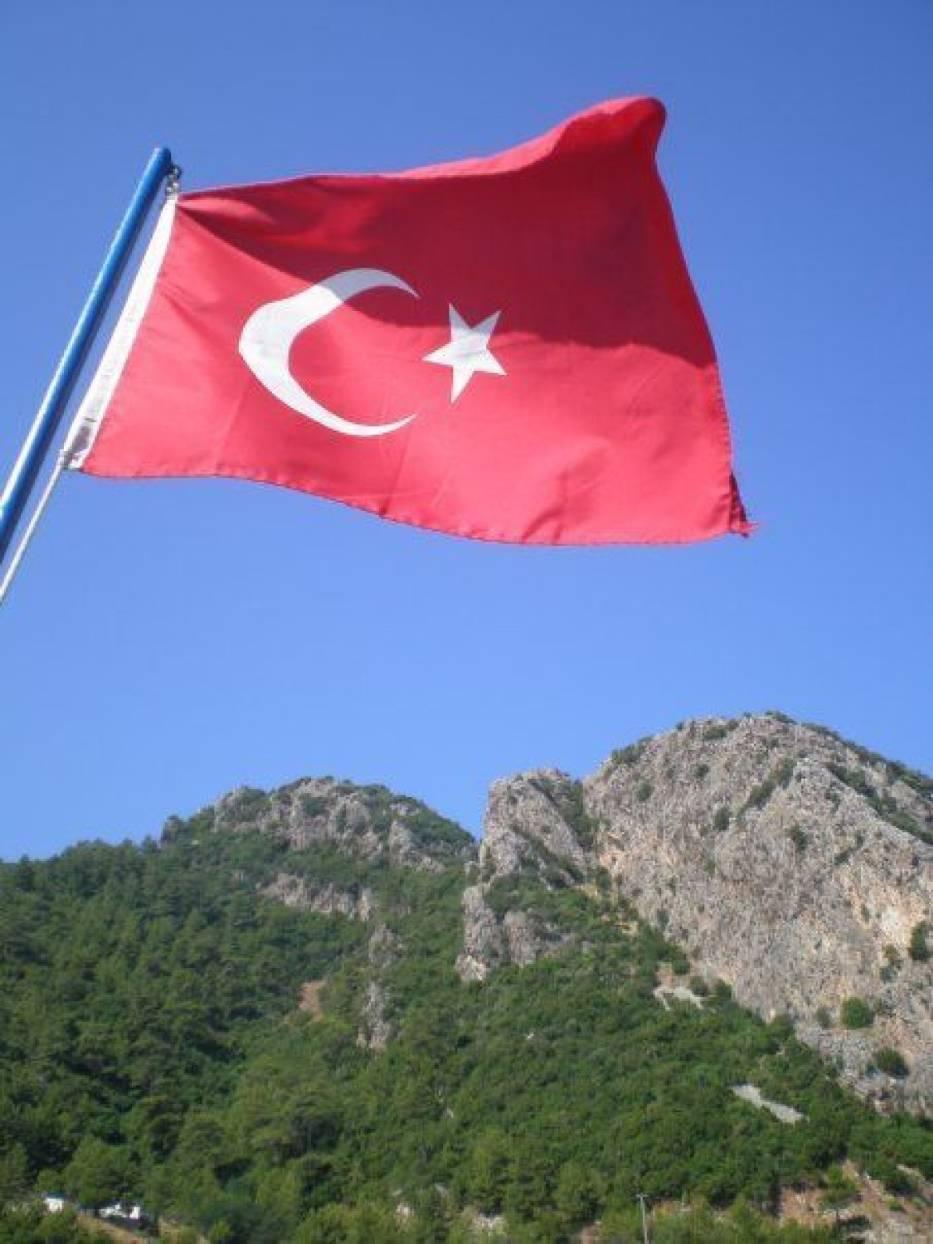 Flaga Turcji przedstawia wciąż nie zatwierdzone oficjalnie godło