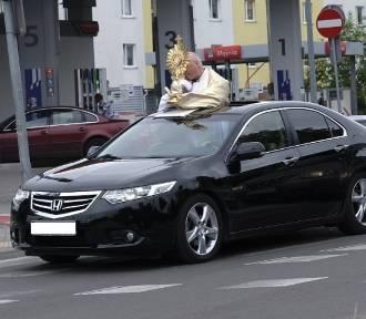 Ksiądz w samochodzie, procesja w nowoczesnym stylu [zdjęcia]
