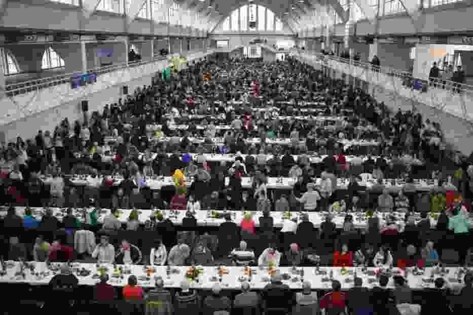 Fundacja Pomocy Wzajemnej Barka pomaganie rozpoczyna przy wspólnym stole