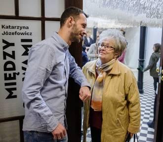 """Tarnów. Wernisaż wystawy """"Między słowami"""" [ZDJĘCIA]"""