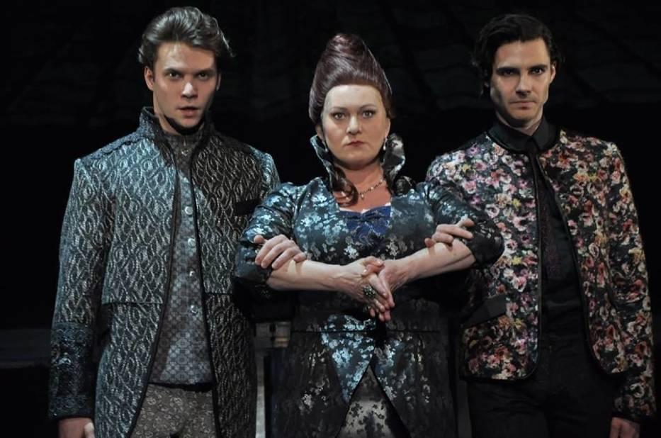 Łukasz Stawowczyk, Izabela Brejtkop i Karol Puciaty w scenie ze spektaklu (zdjęcie z próby)