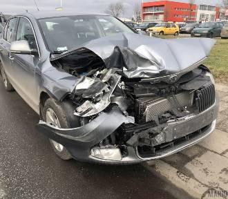 Skoda uderzyła w forda, ford w policyjny radiowóz. Sprawca miał ponad 1,7 promila