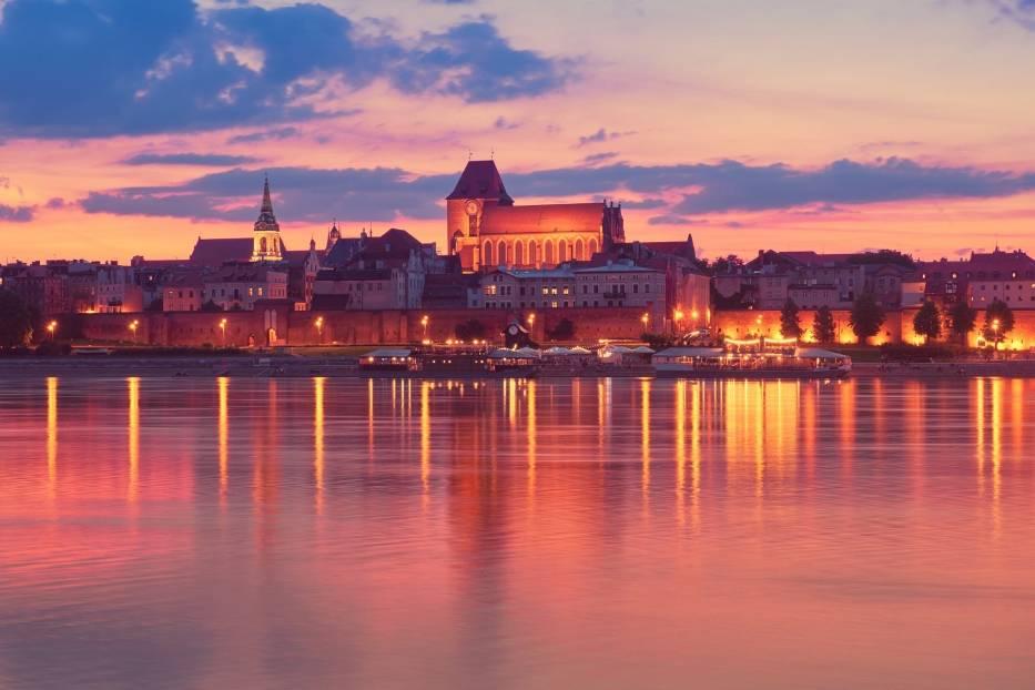 Platforma widokowa - Panorama ToruniaJedną z piękniejszych miejskich panoram w Polsce jest widok Torunia z platformy widokowej, znajdującej się na brzegu przeciwległym do Starego Miasta