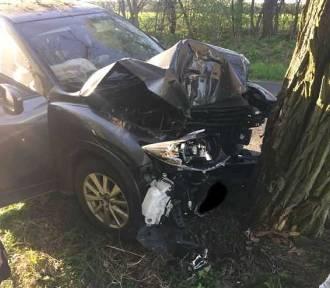 Wypadek pod Wągrowcem. Samochód osobowy uderzył w drzewo [GALERIA ZDJĘĆ]