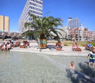 Gorąco, ale czy kąpiel w Sztucznej Rawie na rynku w Katowicach to na pewno dobry pomysł?