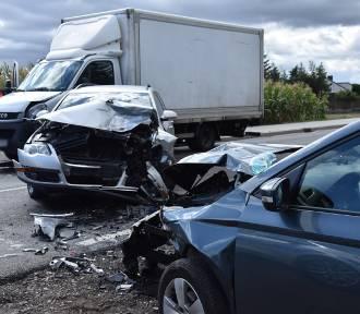 Wypadek w Wyrzece. Zderzyły się trzy auta. Jedna osoba trafiła do szpitala