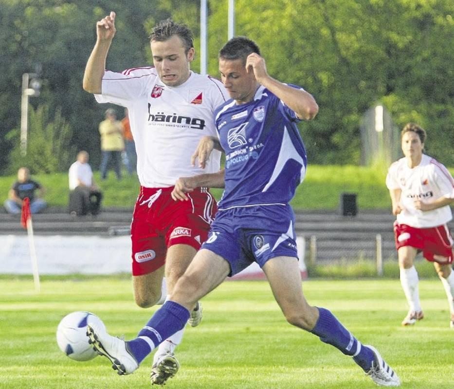 W walce o piłkę Dariusz Kukułka z Concordii Piotrków (z prawej)