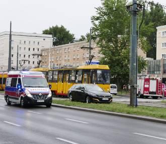 Wypadek na alei Jana Pawła II. Utrudnienia w ruchu i zmiany w kursowaniu tramwajów