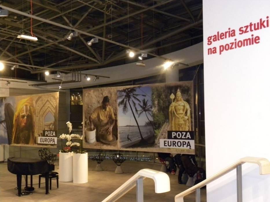 Poza Europą, to wystawa fotografii Joanny Kuleszczyk i Magdaleny Bosek prezentowanych w Galerii na Poziomie w bytomskim centrum Agora