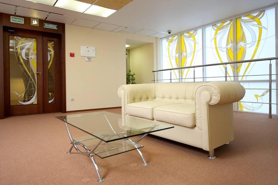 Szklany stół i witraż - to piękne dekoracyjne elementy dostępne dziś dla każdego!