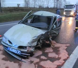 Wypadek w Łazach koło Bochni, po czołowym zderzeniu jedna osoba trafiła do szpitala [ZDJĘCIA]