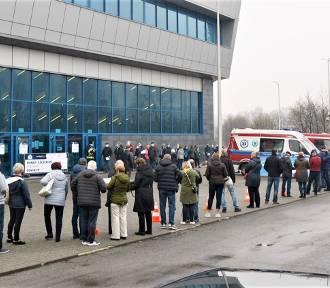 W hali sportowej w Olkuszu ruszyły masowe szczepienia przeciwko COVID-19
