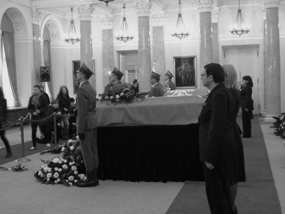 We wtorek na widok publiczny w Sali kolumnowej Pałacu Prezydenckiego wystawiono trumnę Prezydenta RP Lecha Kaczyńskiego i jego małżonki Marii