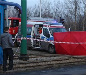 Samochód wjechał pod tramwaj. Lądował LPR