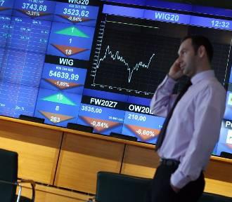 Polacy wycofali z depozytów ponad 64 mld zł. Z banków przenosimy pieniądze na giełdę