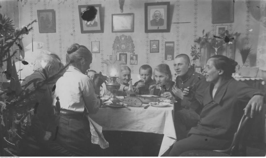 1926Boże Narodzenie w Warszawie - członkowie rodziny przy stole wigilijnym