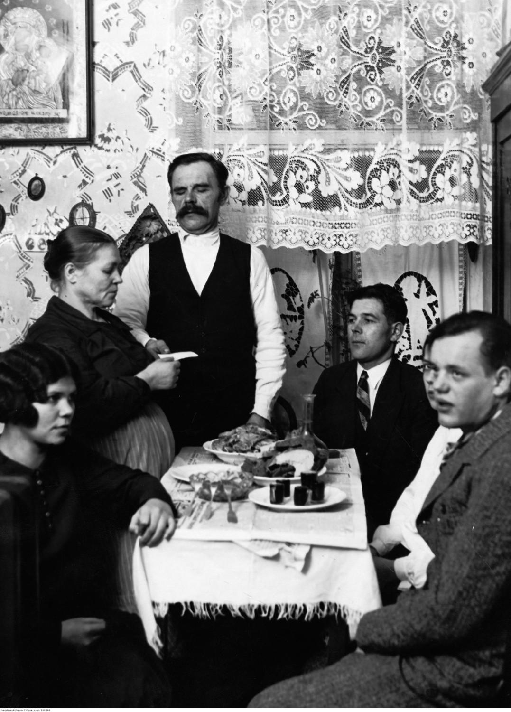 1931Boże Narodzenie w Warszawie - członkowie rodziny przy stole wigilijnym