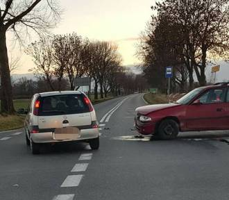 Wypadek trzech samochodów. Jeden wypadł z jezdni [FOTO]