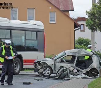 Osobówka uderzyła w autobus. Było groźnie [ZDJĘCIA]