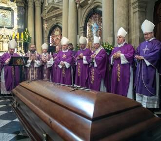 Koronawirus na pogrzebie kard. Jaworskiego. COVID-19 stwierdzono u ks. prof. Bremera
