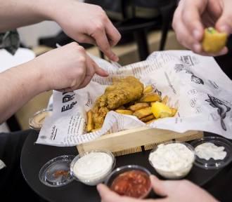 Ę Rybę Warszawa. Stołeczny fish and chips podbija nie tylko brytyjskie serca [ZDJĘCIA, WIDEO]