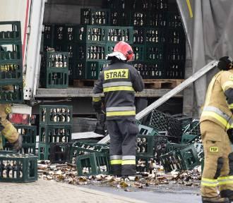 Wypadek ciężarówki z piwem w Żorach [ZDJĘCIA]. Setki roztrzaskanych butelek na drodze